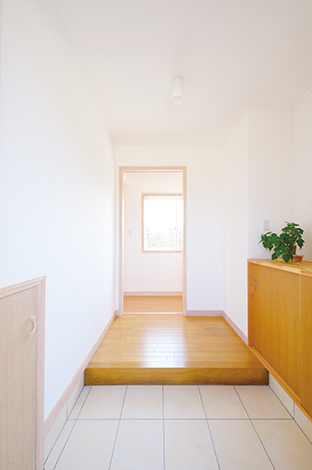 フジホーム【デザイン住宅、自然素材、夫婦で暮らす】玄関の左手の扉の中には玄関用の掃除道具が収まっている