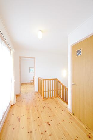 フジホーム【デザイン住宅、自然素材、夫婦で暮らす】パイン材の床にバルコ ニーから優しい陽が注ぐ、奥さまのお気に入り空間