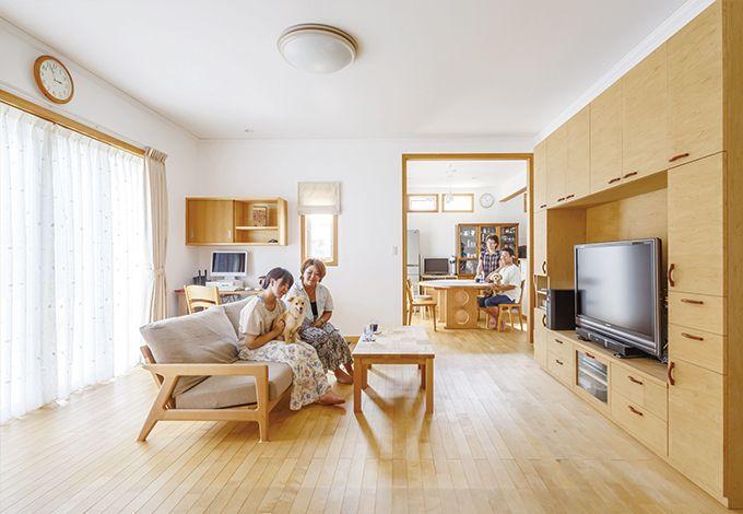 無垢のカバ桜フローリング(自然塗料仕上げ)はワンちゃんの毛の色に合わせたという。床材をベースに造作家具も考慮されバランスよく設えられている