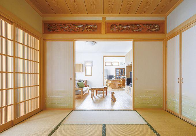 職人の手仕事が光る和室は、南面の格子戸から柔らかな光が届く。消臭・調湿効果のある薩摩中霧島壁を採用