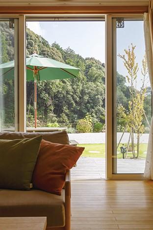 自然豊かな景色を家の中に取り込んでいる。ダイニングや両親の部屋、2 階の居室からも同じ景色を楽しめる