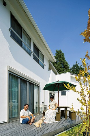 リビングと縁側の掃き出し窓から出入りできるウッドデッキ。夏はバーベキューの楽しみが増えたという