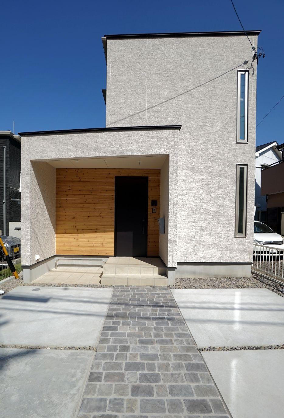 RIKYU (リキュー)【デザイン住宅、間取り、建築家】建築家設計の住宅らしい独創的な外観デザイン。木目調のサイディングがアクセントに。ポーチに軒を設けたことで、雨の日もストレスフリー