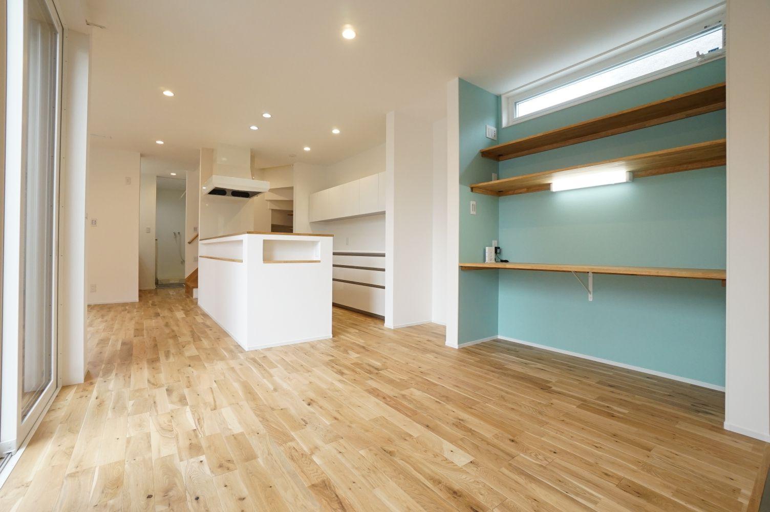 RIKYU (リキュー)【デザイン住宅、間取り、建築家】キッチンの横に設けたスタディコーナー。ママに見守られながら、兄弟が並んで宿題をする。水色のアクセントクロスが空間にやさしさを添えている