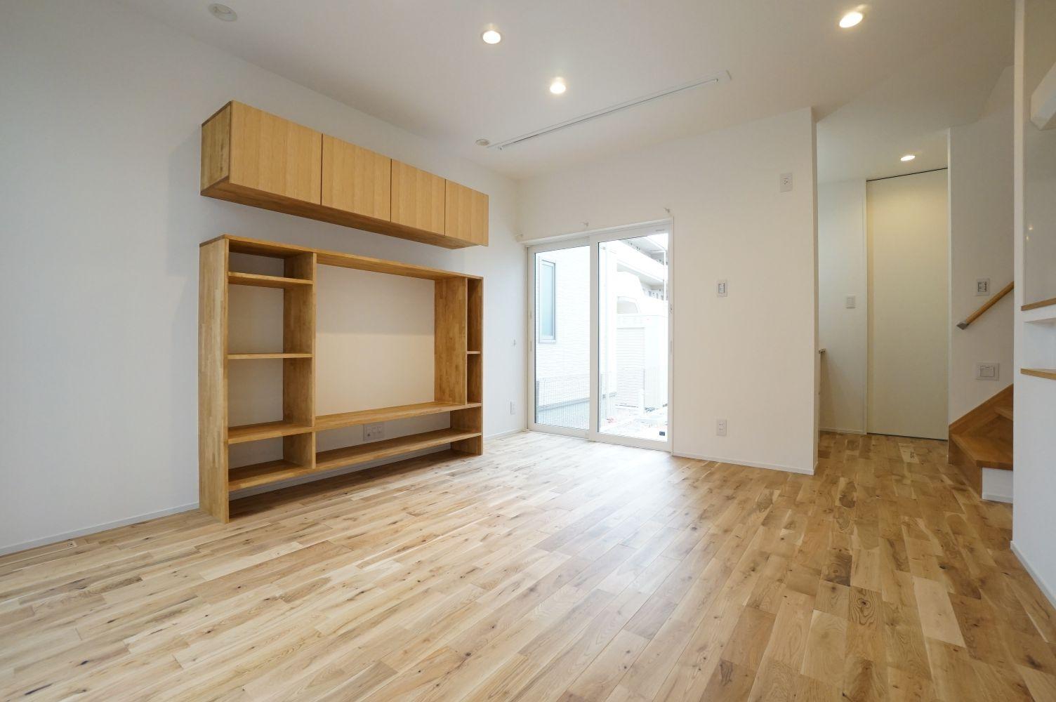 RIKYU (リキュー)【デザイン住宅、間取り、建築家】造作のテレビボードは収納力抜群。インテリアの一部にもなっている