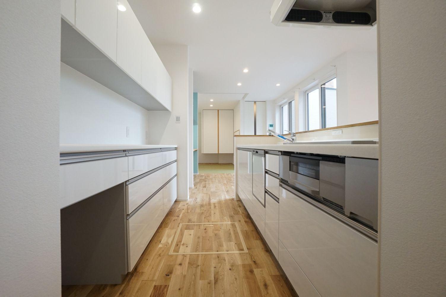 RIKYU (リキュー)【デザイン住宅、間取り、建築家】白いキッチンは奥さまのこだわり。ぐるぐると回遊できるので、家事負担も軽減される。収納も充実