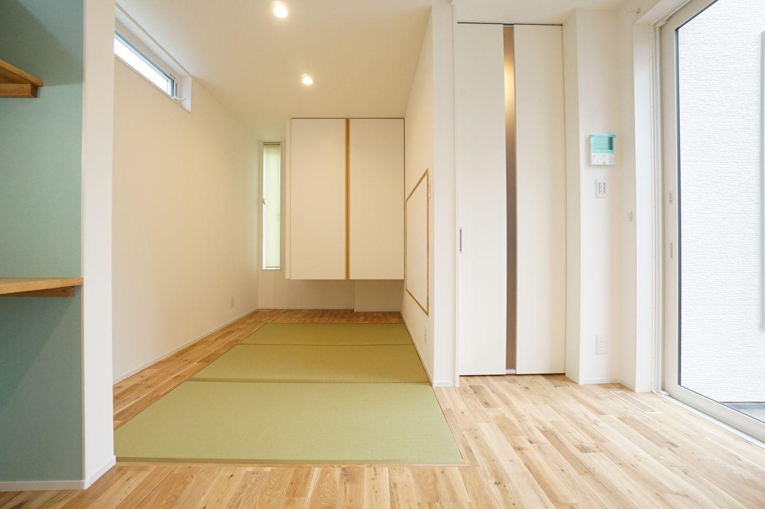 RIKYU (リキュー)【デザイン住宅、間取り、建築家】玄関から近い場所にある畳コーナー。天井まで届くリビングドアや吊押入れを採用したことで目線が上がり、空間がより広く感じられる