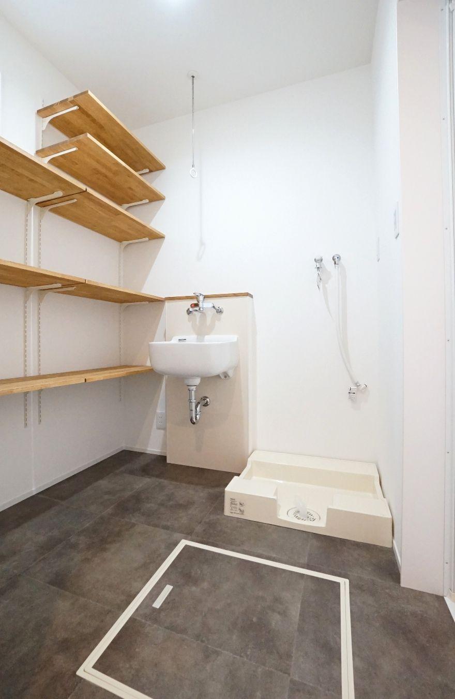 RIKYU (リキュー)【デザイン住宅、間取り、建築家】ゆったりとした脱衣室。子どもたちが泥んこで帰ってきても、深底シンクで浸け置き洗いできるのでラクラク。洗面コーナーと離したことにより、誰かが入浴中でも自由に歯磨きや洗面ができる