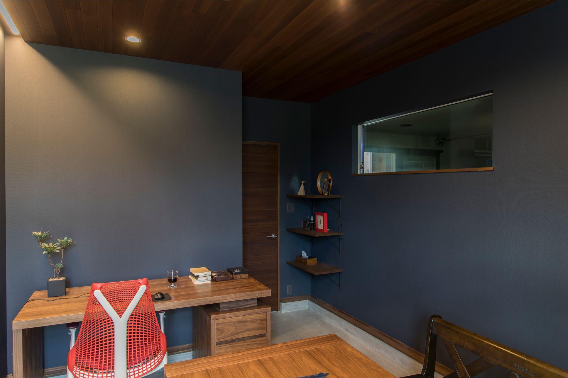 RIKYU (リキュー)【デザイン住宅、建築家、ガレージ】仕事仲間との会合の場にもなっている書斎。落ち着いたトーンでシックに仕上げられている