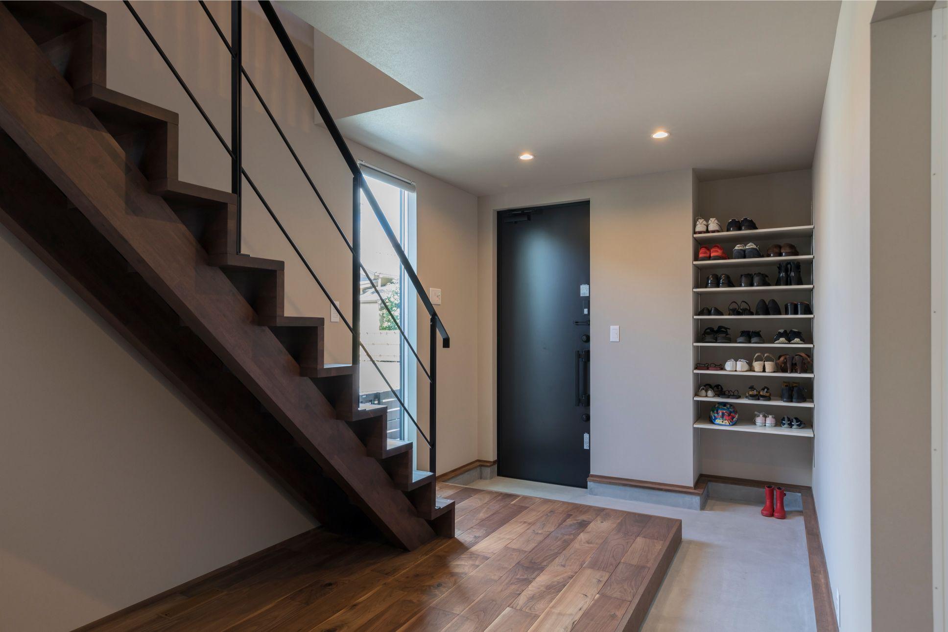 RIKYU (リキュー)【デザイン住宅、建築家、ガレージ】シューズクロークは使い勝手の良いオープンタイプに。ぐるりと回れる土間を進むと、ゲストが集うフリースペースへと繋がる