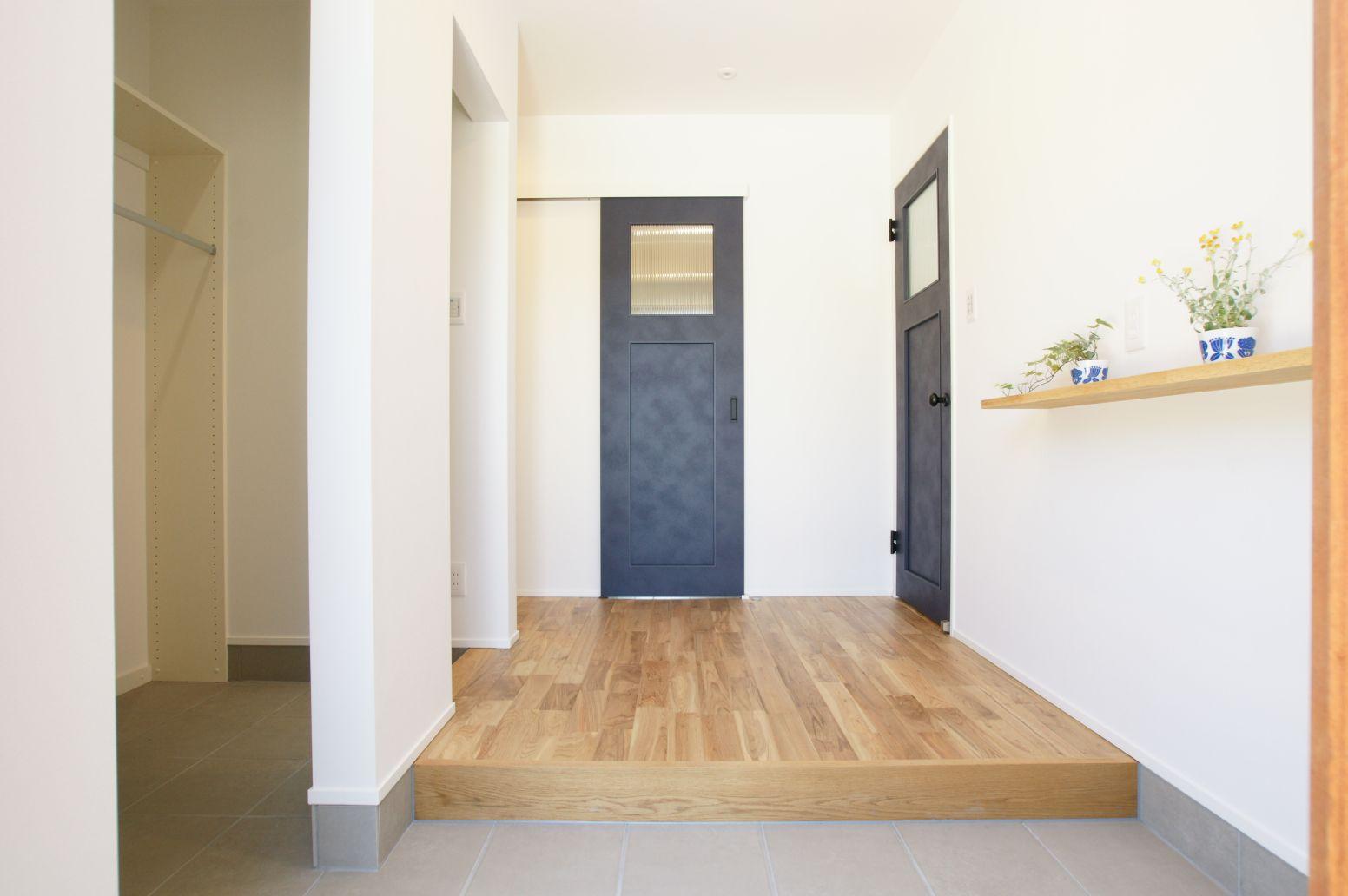 RIKYU (リキュー)【デザイン住宅、間取り、インテリア】ネイビーの建具とアーチ型の造作が印象的な玄関ホール。