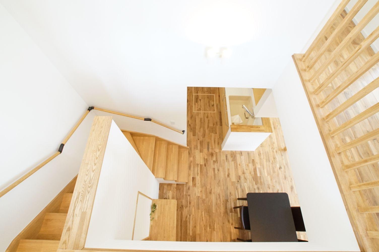 RIKYU (リキュー)【デザイン住宅、省エネ、インテリア】階段は吹き抜けにして明るい印象に