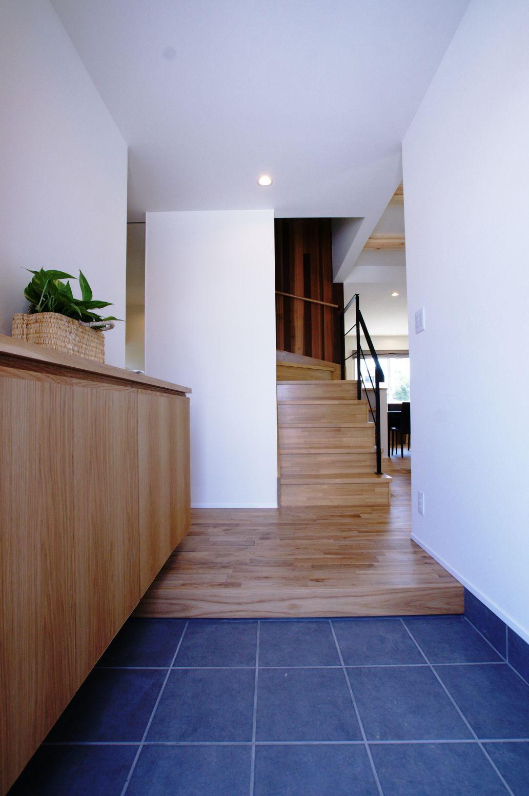 RIKYU (リキュー)【デザイン住宅、建築家、インテリア】玄関ホールはグレーのタイルがアクセント