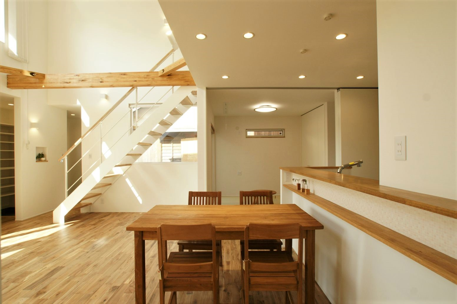 RIKYU (リキュー)【デザイン住宅、間取り、建築家】吹き抜けと和室の連なりが開放感を一層引き立たせる