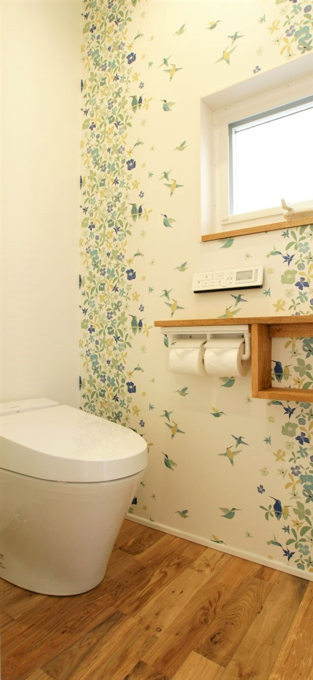 RIKYU (リキュー)【デザイン住宅、間取り、建築家】アクセントクロスで彩られたトイレ。日常を少しでも楽しめる様に凝らされた演出が嬉しい