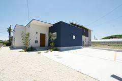 『紺と白のコントラストが印象的な、おしゃれかわいい平屋の家』