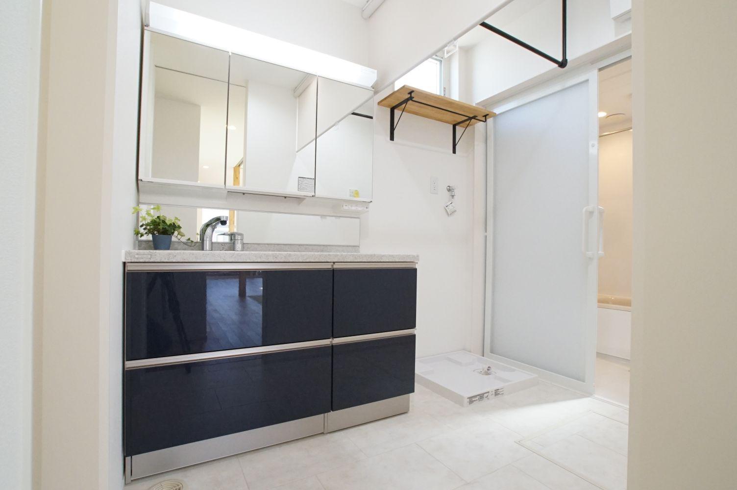 RIKYU (リキュー)【デザイン住宅、省エネ、インテリア】洗面所はネイビーでシックな仕上げ