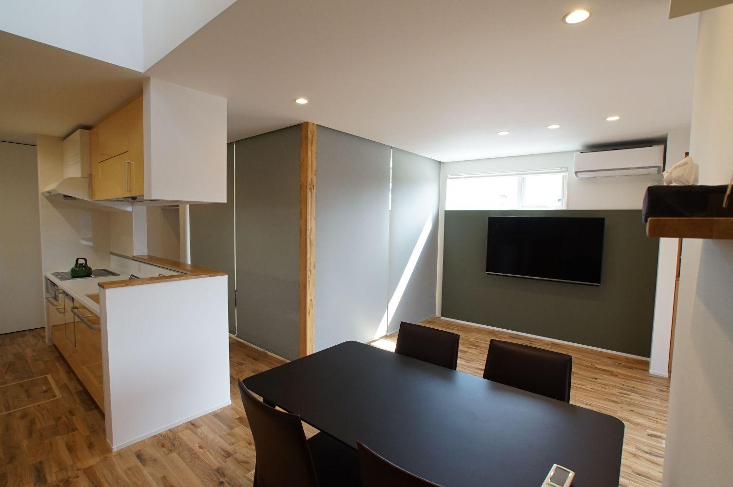 RIKYU (リキュー)【デザイン住宅、省エネ、インテリア】開放的なLDK。吹き抜けから降り注ぐ光がより明るい印象を与えている。
