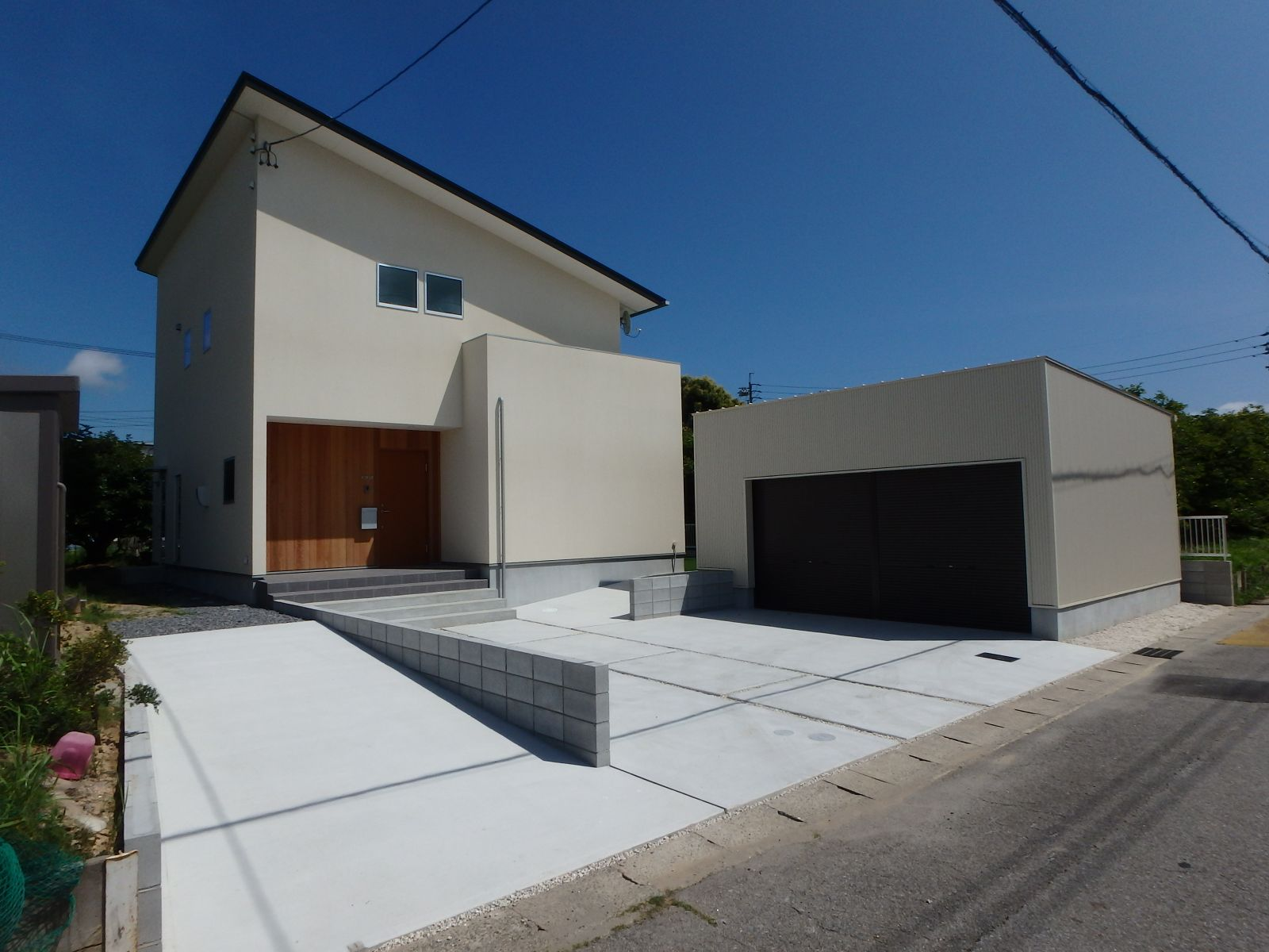 RIKYU (リキュー)【デザイン住宅、建築家、インテリア】外観と統一感のあるガレージ