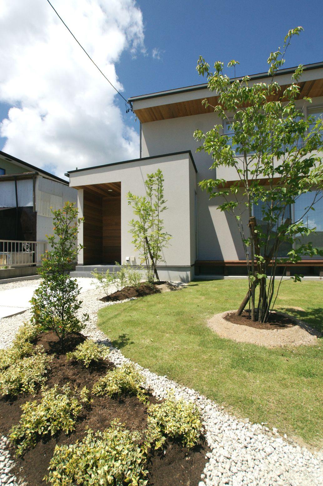 RIKYU (リキュー)【デザイン住宅、建築家、インテリア】緑が景観を引き立たせる存在感のある外観
