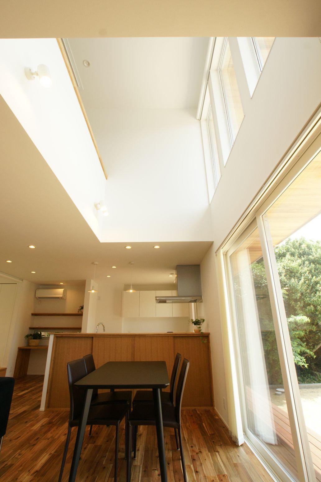 RIKYU (リキュー)【デザイン住宅、建築家、インテリア】吹き抜けと、庭と繋がる大開口が実際以上の広さを演出