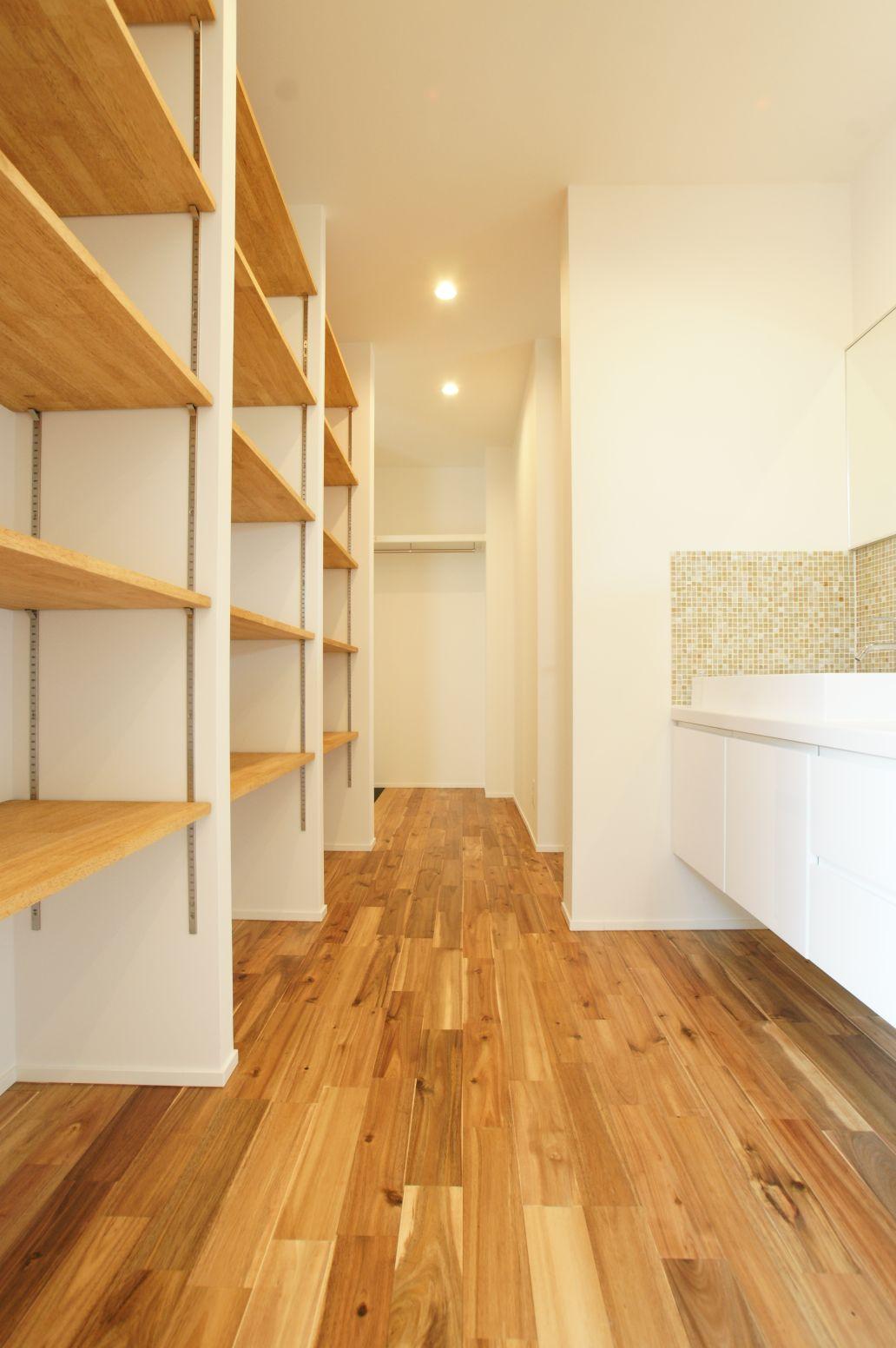 RIKYU (リキュー)【デザイン住宅、建築家、インテリア】洗濯物が一気にしまえる様にと配慮された大容量の収納スペース