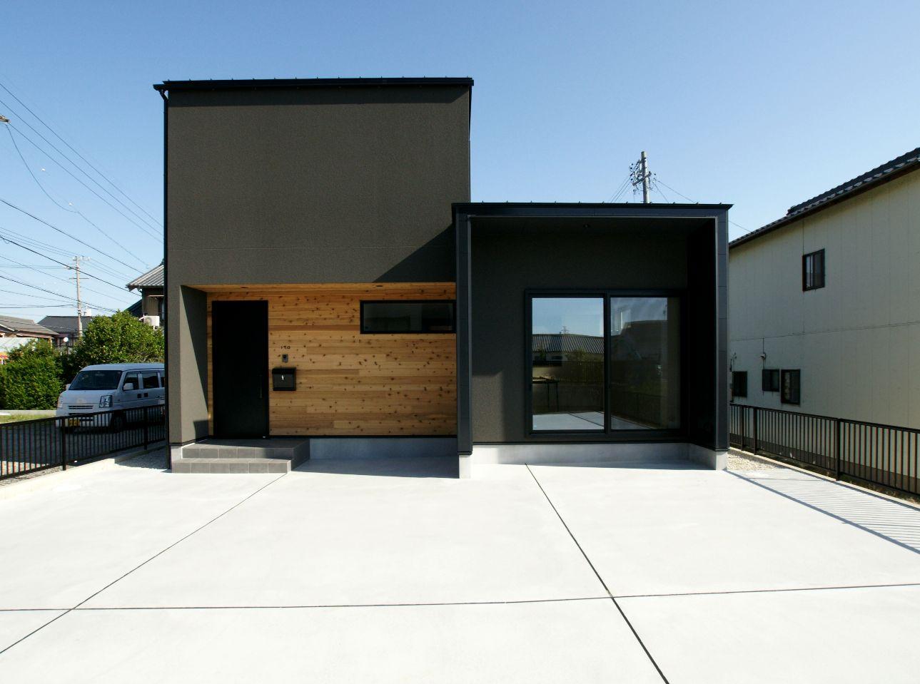 RIKYU (リキュー)【間取り、ペット、建築家】ブラックのサイディングに天然木のアクセントウォールが映える外観。2つの箱が並んだようなスタイリッシュなフォルムに、建築家住宅らしいオリジナリティが溢れている