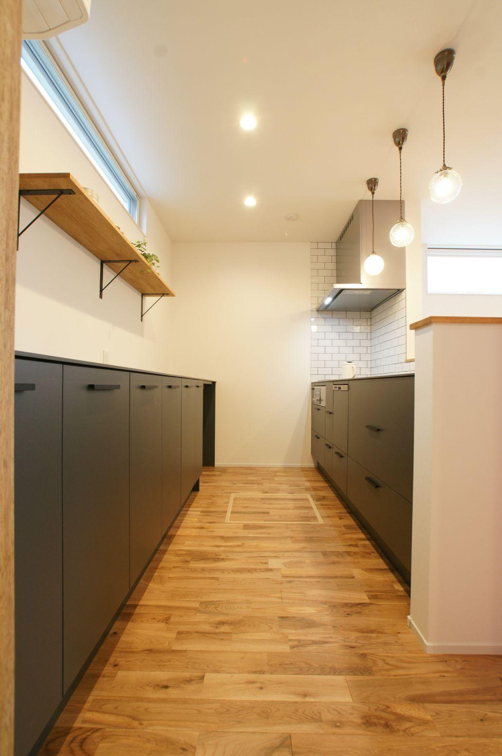 RIKYU (リキュー)【間取り、ペット、建築家】『R+house』オリジナルのMonoキッチン。洗練されたデザインと使い勝手を両立し、水や熱、キズに強く、お手入れも楽々。作業スペースを広くとったことで、奥さまの気持ちに余裕が生まれた