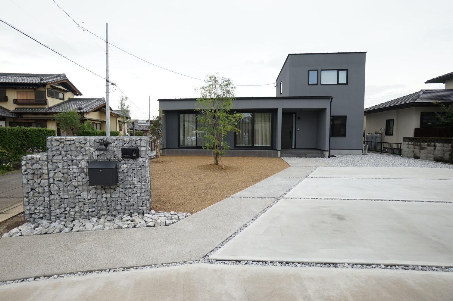 RIKYU (リキュー)【間取り、建築家、インテリア】100坪を超える広大な土地に建てた30坪の家。リゾートのような開放感が漂い、ガビオンの門柱がゲストをお出迎え。庭のスモークツリーもいい感じ。外からの視線を遮るために、西側に窓を設けない代わりに、各個室とも2面採光を確保した。2階は子ども部屋だけなので、将来的にも無駄がない