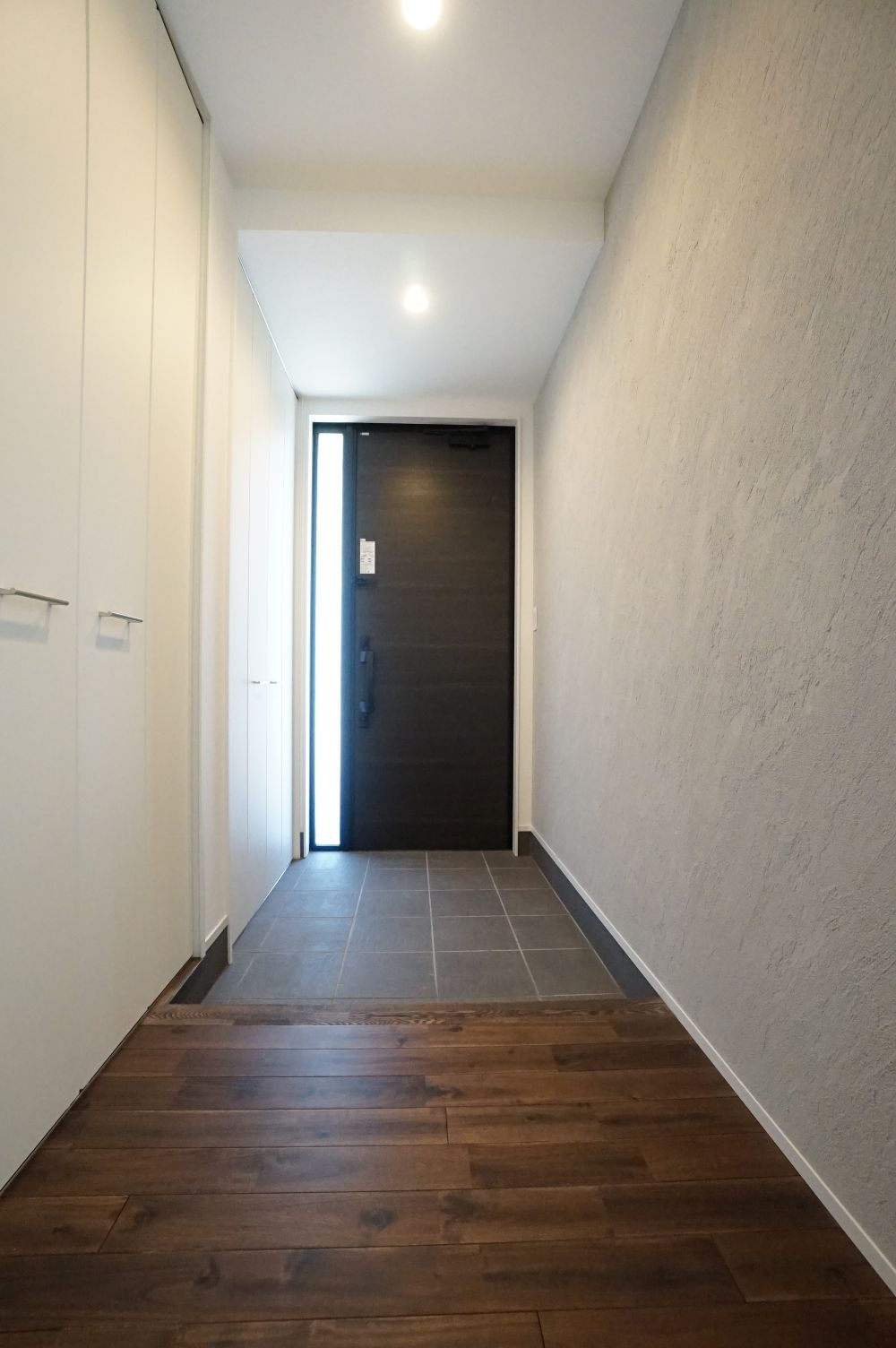 RIKYU (リキュー)【間取り、建築家、インテリア】シンプルですっきりとまとめた玄関ホール。収納力も十分で、いつもキレイに保つことができる