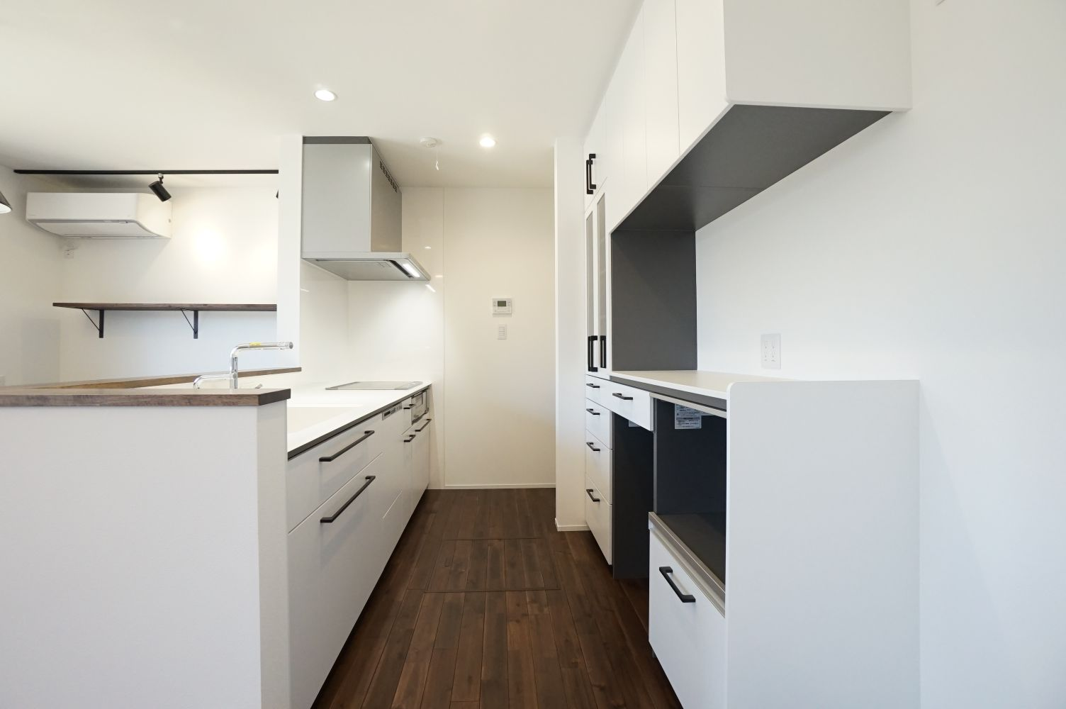 RIKYU (リキュー)【間取り、建築家、インテリア】清潔感のある白で統一したキッチン。作業スペースが広く、収納も充実。起きさまから目の届く位置にスタディカウンターを造作し、子どもたちを見守る
