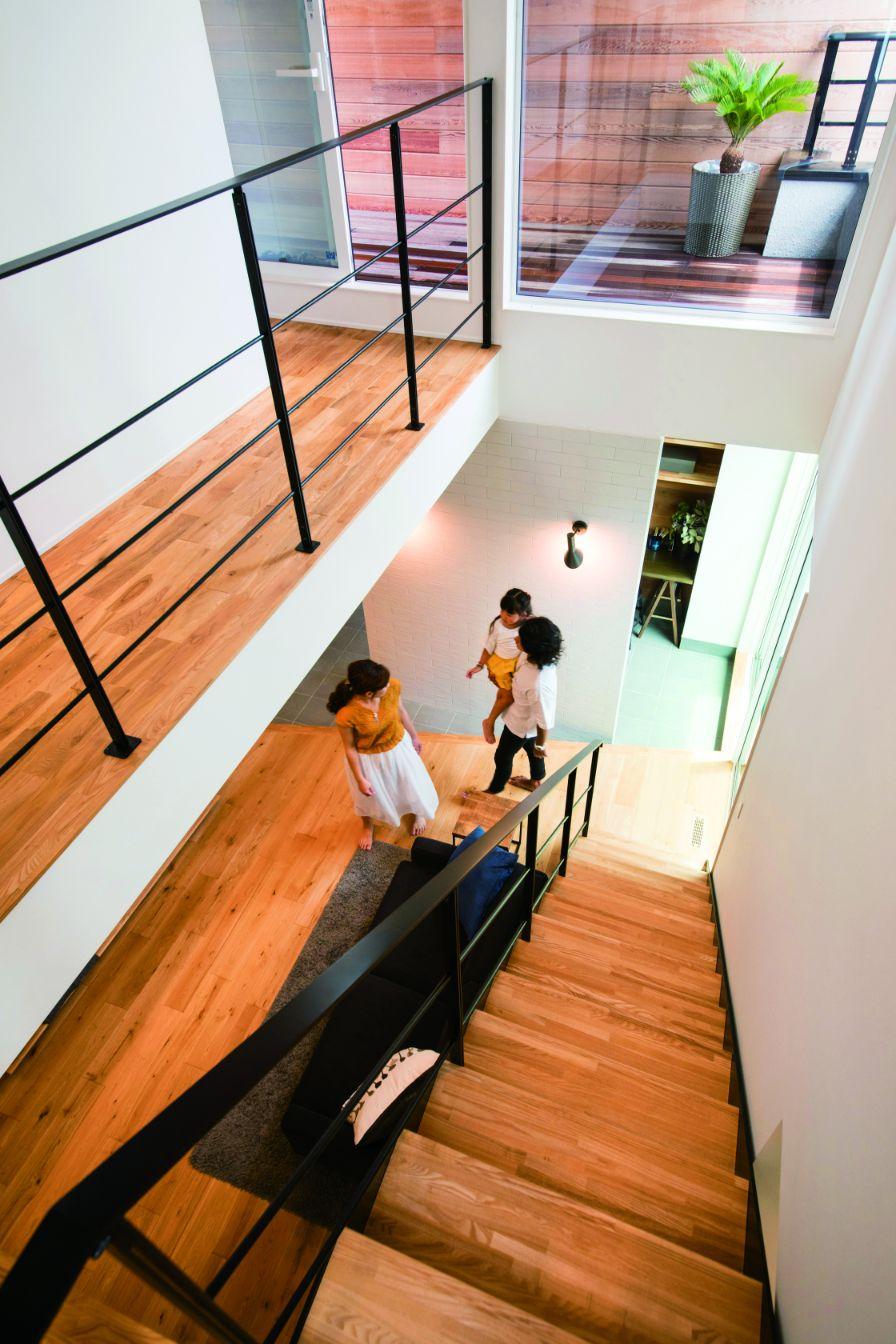 RIKYU (リキュー)【西尾市熊味町山畔65-9・モデルハウス】スケルトンの階段を採用したことで光が通り、より開放的な雰囲気に