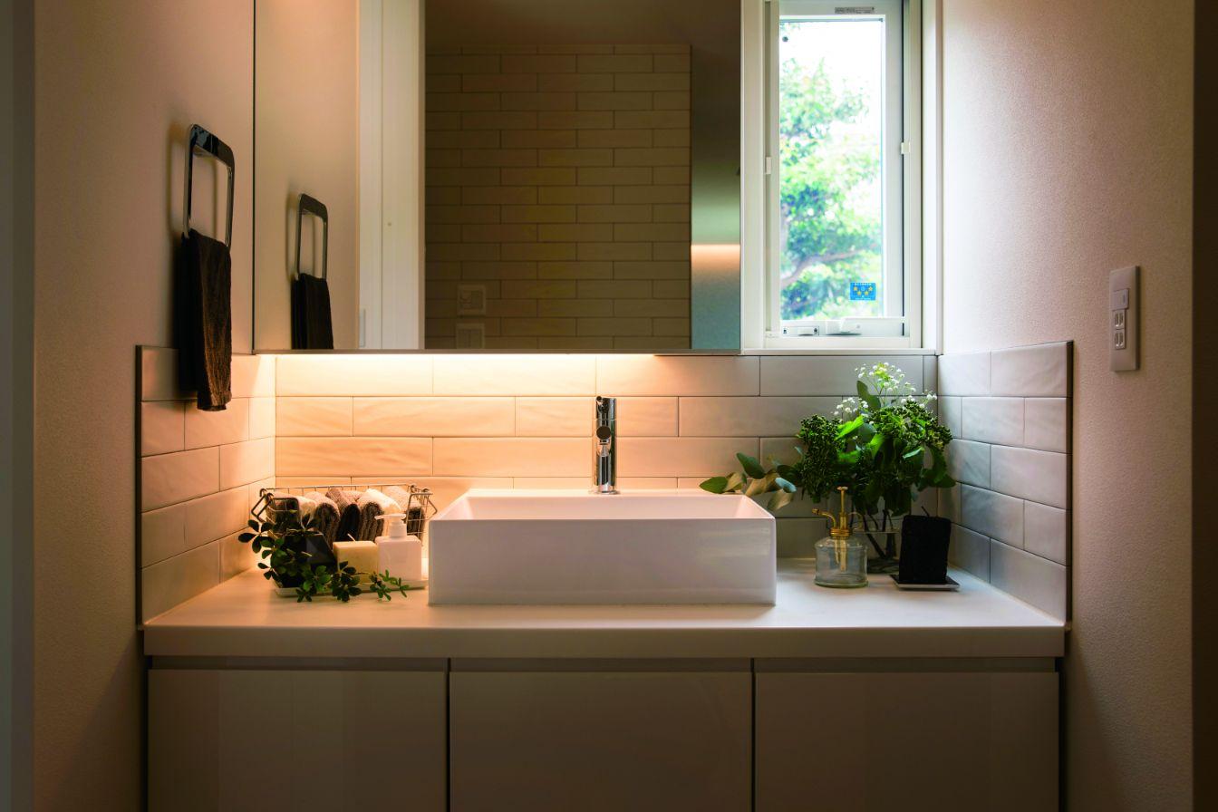 RIKYU (リキュー)【西尾市熊味町山畔65-9・モデルハウス】入浴中でも気兼ねなく使えるよう、脱衣室と分けた洗面室。洗練されたホテルライクな仕上がりに