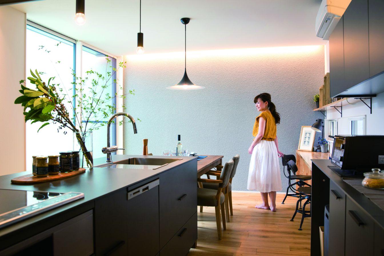 RIKYU (リキュー)【西尾市熊味町山畔65-9・モデルハウス】カフェスタイルのオリジナルキッチン。スモーキーカラーに黒を効かせたシックなデザインが好評