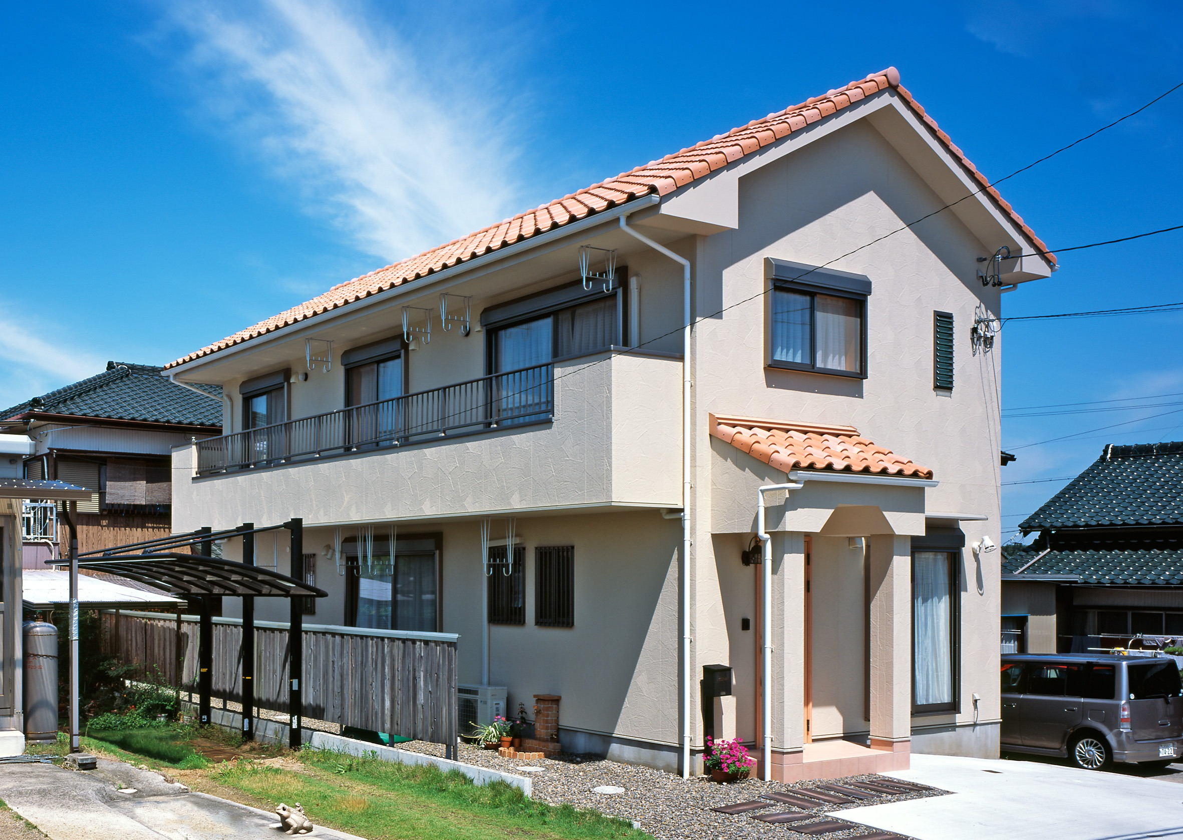 細長い変形地に建つ 自然素材×洋風デザインの家