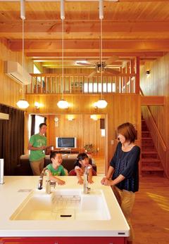 自然素材の二世帯住宅が親、子、孫を優しく強く繋ぐ