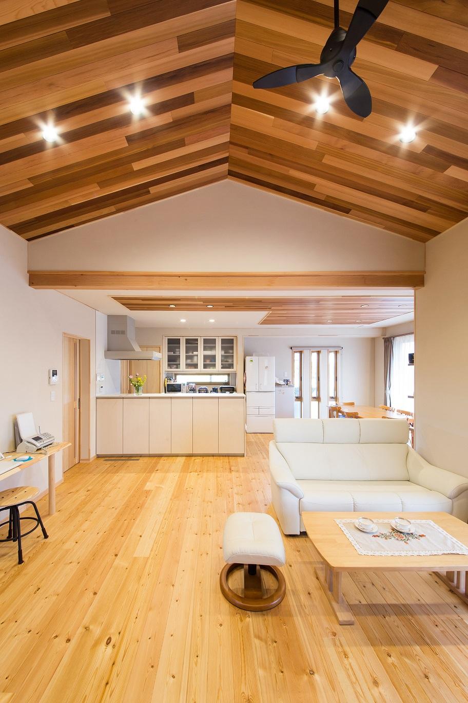 レッドシダーの無垢板張りの勾配天井がオシャレなLDKは広さにたっぷりゆとりを持たせてあり、抜群の開放感。ダイニングは二方向に開口部を設け、明るく清々しい無垢の空間で食事をゆったり楽しめる