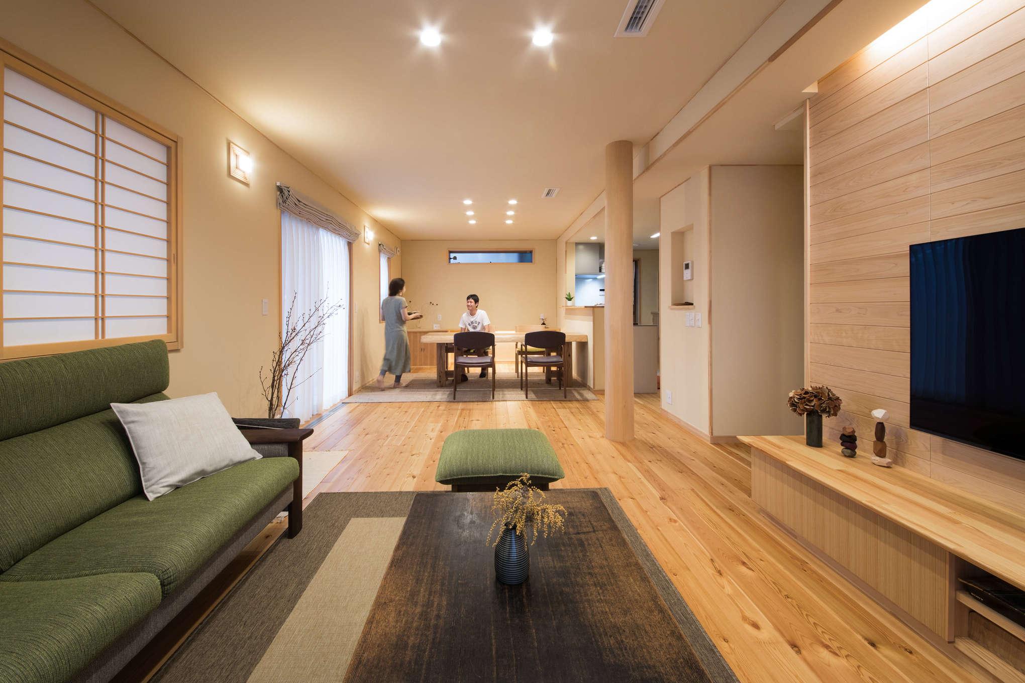 瀧口建設【1000万円台、デザイン住宅、子育て】レッドパインの無垢床材は30mmの厚さを誇り、素足で歩くたびに気持ちがいい。冬は床下を循環する暖気を取り込み、冷たさを感じさせなという。障子を生かした和のリビングに、アンティークのテーブルや北欧調の雑貨がさりげなく置かれ、センス良くコーディネートされている