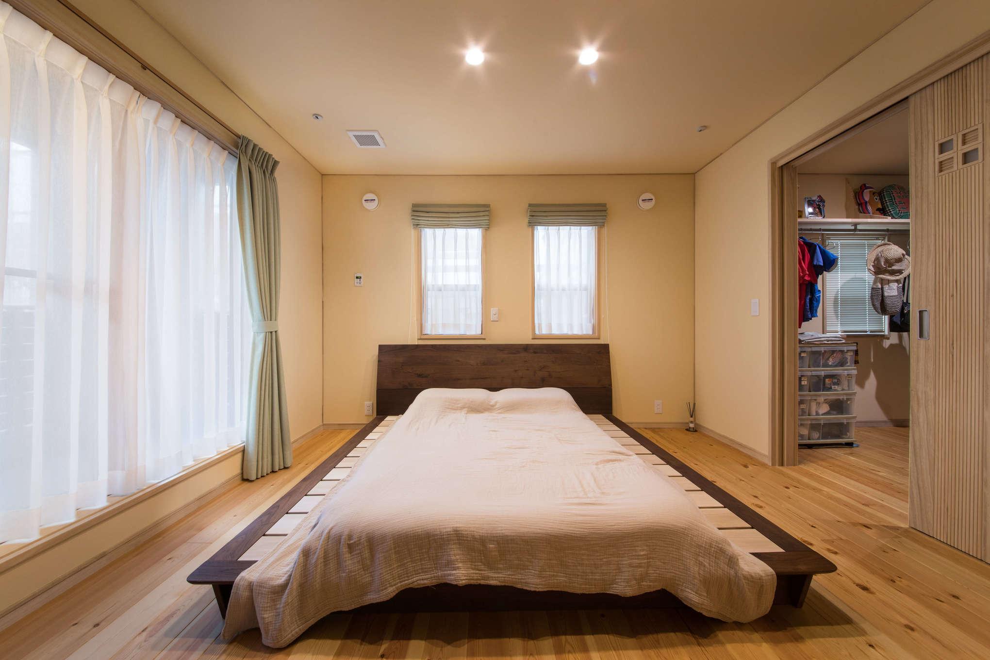 瀧口建設【1000万円台、デザイン住宅、子育て】2階の寝室はインナーバルコニーとウォークインクローゼットへ繋がる。24時間の計画換気システムの効果と、無垢材や自然素材の壁が持つ天然の吸湿効果が合わさり、いつも快適な空気と温度に包まれる