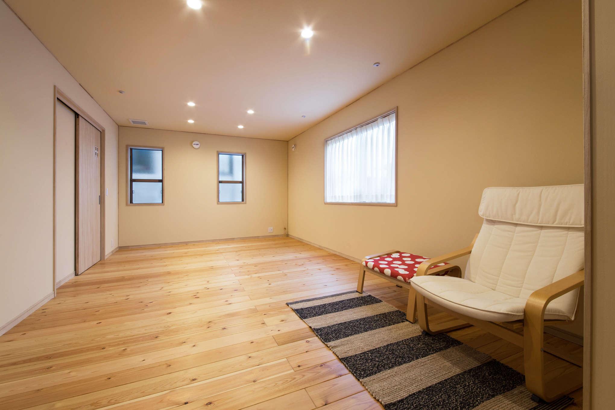 瀧口建設【1000万円台、デザイン住宅、子育て】2階フリースペースは、将来子ども部屋として活用予定。2つに分けられるように、収納も2つ用意した。室内を必要以上に区切らず、ライフスタイルに合わせてアレンジできるよう配慮。ミニマルな暮らしのお手本と言えそう