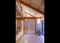 シニア夫婦が安心・快適に暮らせる自然素材の平屋建て