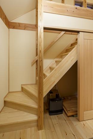 瀧口建設【和風、夫婦で暮らす、平屋】ロフトに上がる階段のデッドスペースを活かした収納庫。ムダな空間を作らない家づくりが『瀧口建設』スタイル