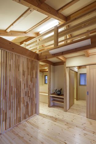 瀧口建設【和風、夫婦で暮らす、平屋】主寝室側からロフトをのぞむ。格子は目隠しと同時にインテリアの一部にもなっている。中央の棚には仏壇を配置する予定