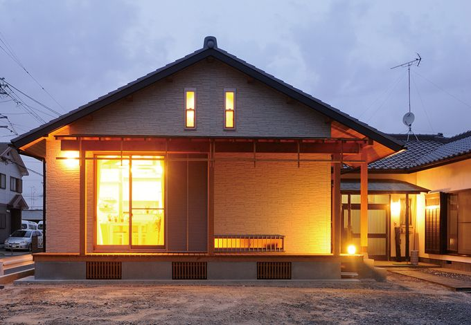 瀧口建設【収納力、夫婦で暮らす、平屋】トワイライトに美しく浮かび上がるモダンな和の外観。縦スリット窓がロフト、横スリット窓は玄関ホールにあたる