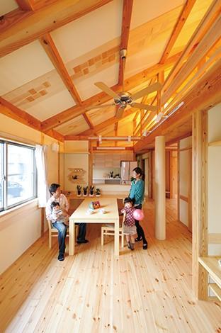 瀧口建設【収納力、夫婦で暮らす、平屋】取材当日は甥っ子家族が新築祝いに駆けつけた。LDKの床と梁は赤松、大黒柱は天竜杉を使用。吹抜けと広いロフトが平屋とは思えない開放感を生み出している