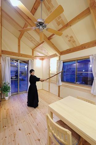 瀧口建設【収納力、夫婦で暮らす、平屋】ご夫婦で竹刀の素振りができるほど広いリビング。奥さまの嫁入り箪笥に付いている大きな姿見を再利用して壁に設置する予定