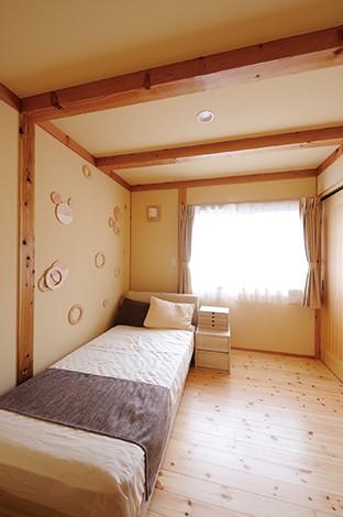 瀧口建設【収納力、夫婦で暮らす、平屋】真壁に癒される主寝室。壁にはキャラクターをモチーフに作った部材を貼って遊び心を演出