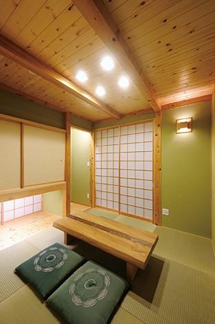 しっとりと落ち着いた風情の和室。吊り押し入れ下の地窓から光を採り込む