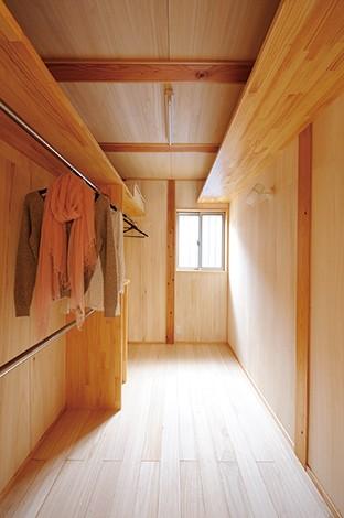 瀧口建設【収納力、夫婦で暮らす、平屋】床、壁、天井すべて無垢の桐を使ったウォークインクローゼット。桐の調湿、防虫、消臭効果で大切な衣類も安心して収納できる