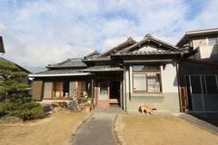 築50年のK邸。見事な日本庭園とのバランスを考えて、旧家の面影を残しつつ、大規模改修工事を行うことに。屋根瓦以外はすべて解体してスケルトン状態に戻し、素材、温熱環境、設備を一新した